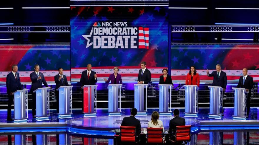 نخستین مناظره انتخابات درون حزبی دموکراتهای آمریکا