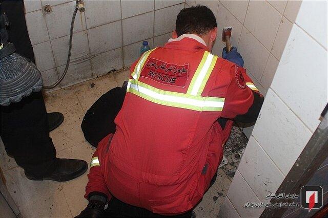 (تصاویر) دردسر افتادن گوشی تلفن همراه در چاه دستشویی!