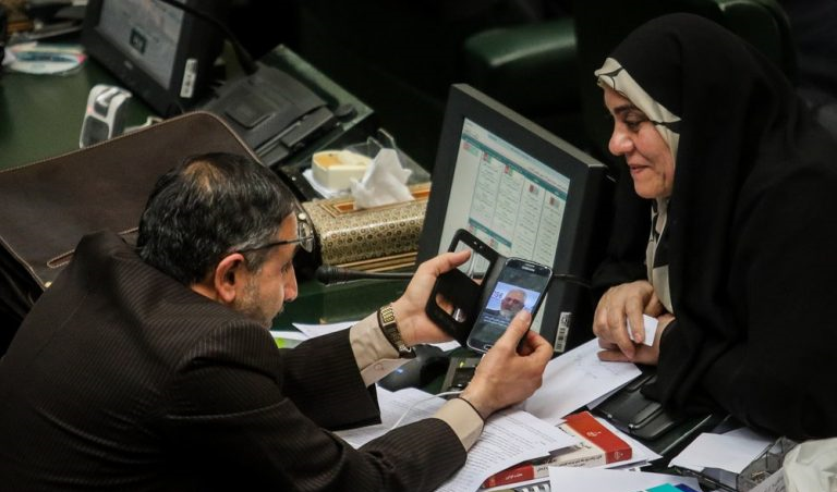 (تصاویر) موبایلبازی نمایندههای مجلس خاطره میشود!