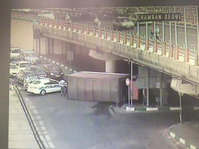 (تصویر) دردسر کامیون قد بلند در پل سئول!
