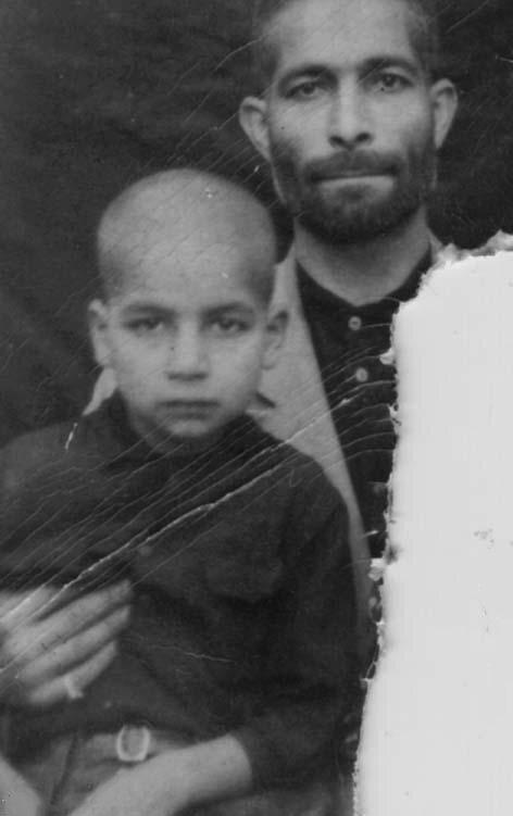 (عکس) تصویری جالب از حسن روحانی در کنار پدرش