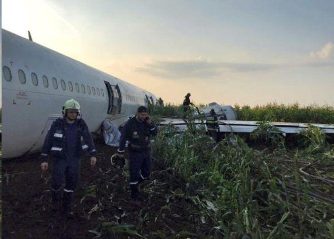 فرود اضطراری هواپیمای مسافربری پس از برخورد با پرندگان