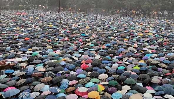 (تصاویر) تظاهرات ۱.۷ میلیون چتر به دست در هنگ کنگ!