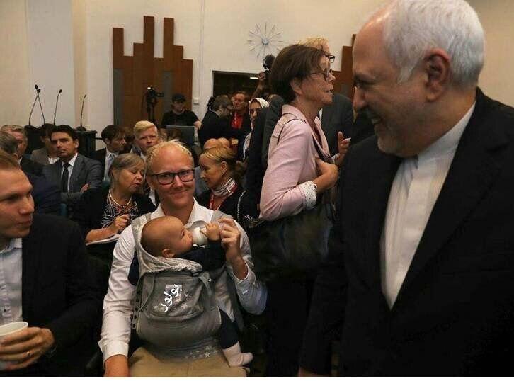 (عکس) یک تصویری دیدنی در حاشیه جلسات ظریف در سوئد