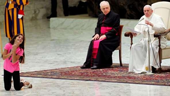 (تصاویر) حرکات عجیب یک دختر مقابل پاپ