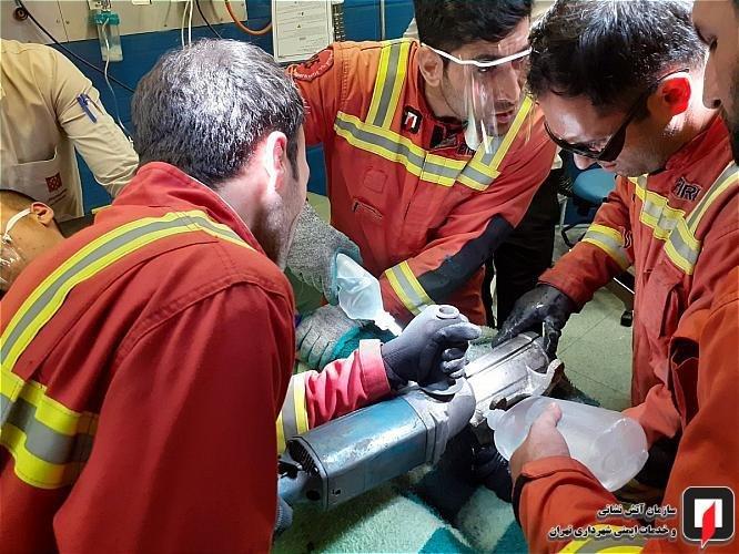 (تصاویر+۱۶) انگشتان دست کارگر ۱۶ ساله در چرخگوشت صنعتی