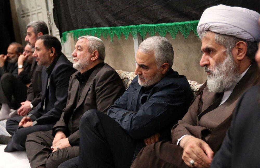 تصویری از سردار سلیمانی در مراسم عزاداری بیت رهبری