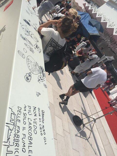 (تصاویر) هجوم معترضان به فرش قرمز جشنواره ونیز