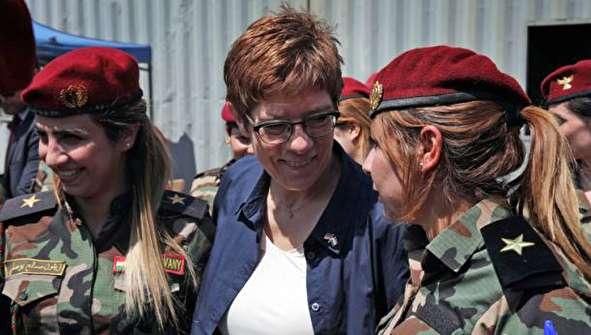 (تصاویر) وزیر دفاع آلمان در جمع پیشمرگهها