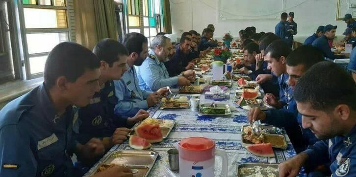 (عکس) فرمانده نیروی هوایی ارتش در سلف ناهارخوری سربازان