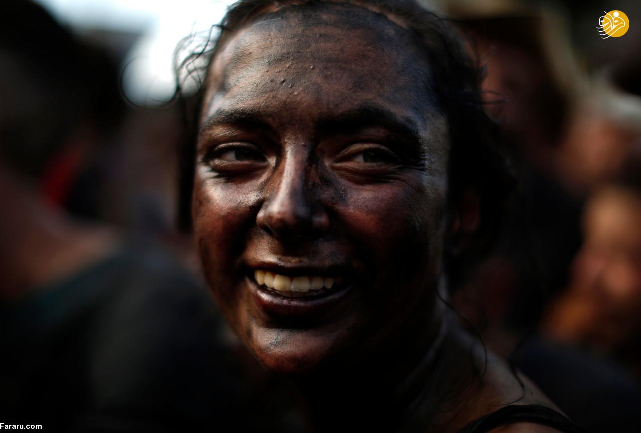 جشنواره عجیب مالیدن روغن سیاه به بدن,فستیوال,مالیدن روغن سیاه به بدن,مجله اینترنتی چفچفک
