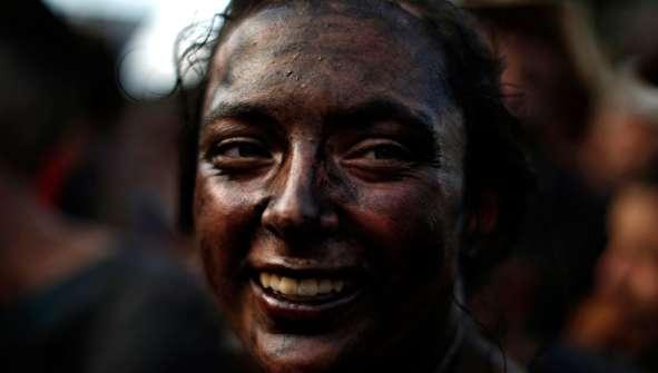 (تصاویر) جشنواره عجیب مالیدن روغن سیاه به بدن