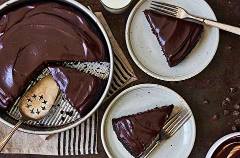 طرز تهیه کیک شکلاتی خوشمزه با روکش گاناش