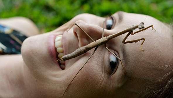 (تصاویر) دختری که با راه رفتن حشرات روی صورتش آرامش میگیرد!