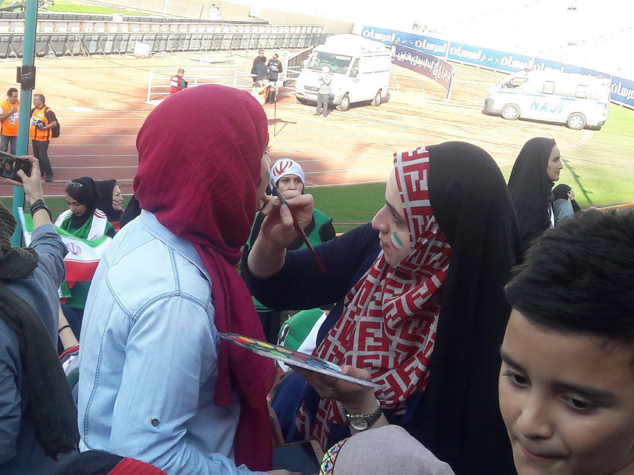 (عکس) رنگ کردن صورت خانمهای هوادار تیم ملی در ورزشگاه آزادی