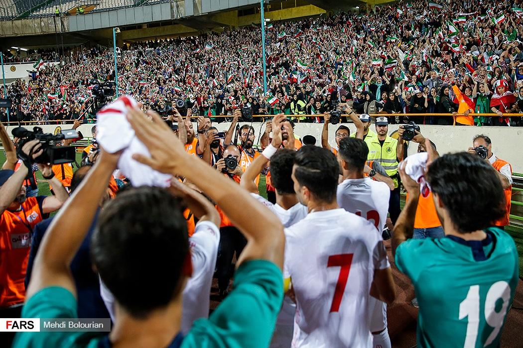 تصاویر بیادماندنی در پایان بازی؛ بازیکنان تیم ملی به سمت جایگاه خانمها رفتند