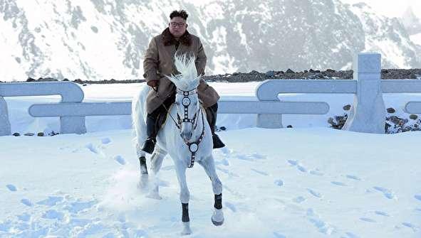 (تصاویر) انتشار تصاویر خاص از کیم جونگ اون سوار اسب سفید