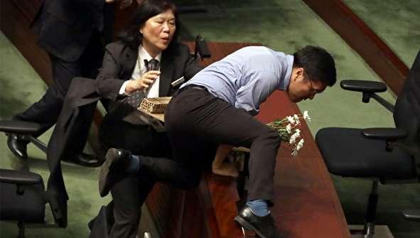 (تصاویر) خشم نمایندگان پارلمان از رهبر هنگ کنگ