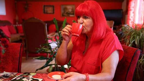 (تصاویر) وسواس شدید یک زن به رنگ قرمز