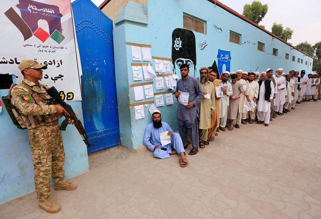 افغانستان در دوراهی دمکراسی و طالبان