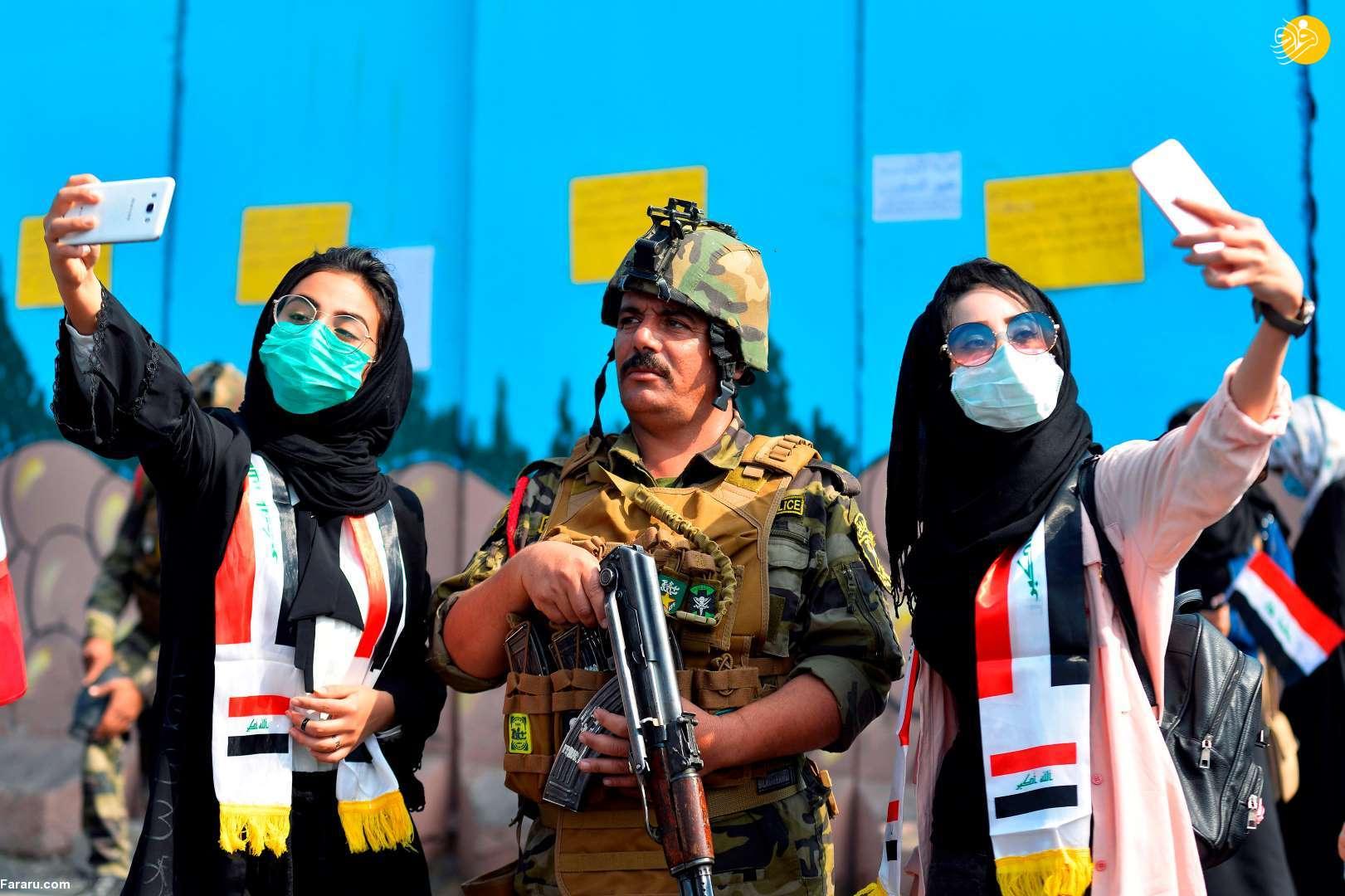 (تصویر) سلفی دختران معترض عراقی با مامور امنیتی