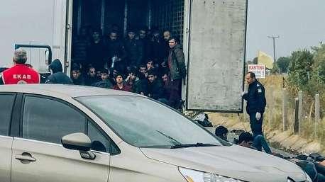 نجات ۴۱ مهاجر از پشت یک کامیون یخچال دار