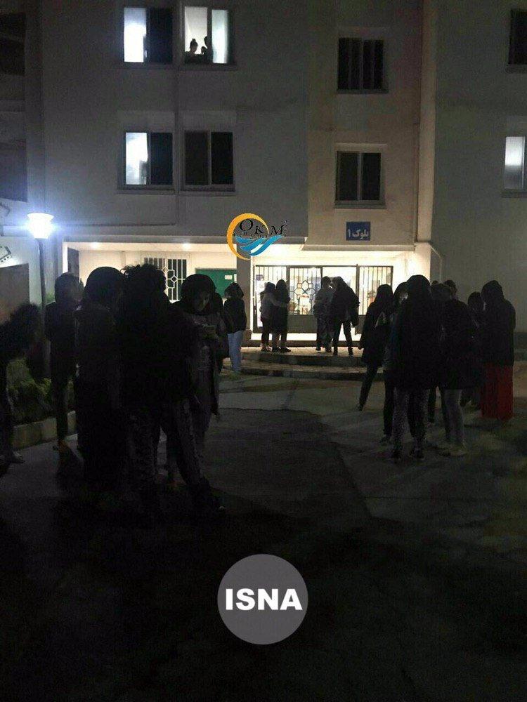(عکس) دانشجویان وحشتزده از زلزله در حیاط خوابگاه دانشگاه زنجان