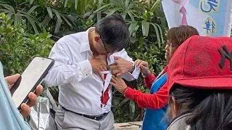 (ویدئو +۱۶) ترور ناکام نماینده مجلس هنگ کنگ به دست معترضان