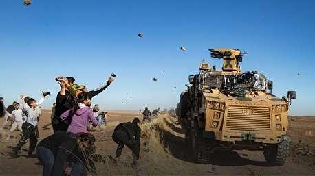 بدرقه ارتش ترکیه از مناطق کردنشین با پرتاب سنگ