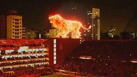 نمایش شیر شعلهور هولوگرامی در مراسم افتتاح ورزشگاهی در بوئنوسآیرس