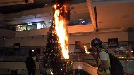 تخریب عجیب مرکز تجاری به دست معترضان هنگ کنگی