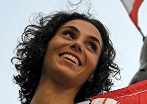 (تصاویر) دختری که پرچمدار اعتراضات در لبنان است