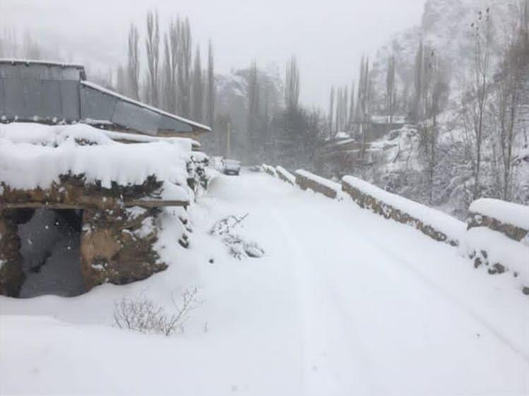 (تصاویر) دانشجویان در برف پاییزی گرفتار شدند