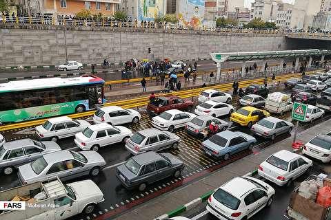 (تصاویر) ترافیک و اعتراض بنزینی چند خودرو در بزرگراه امام علی