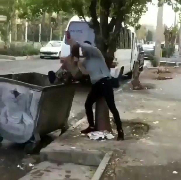 (ویدیو) اقدام خجالت آور یک مرد با کودک زباله گرد جلوی دوربین