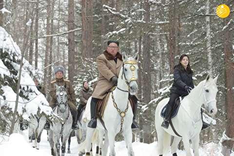 (تصاویر) اسبسواری کیم جونگ اون با همسرش در جنگلهای برفی
