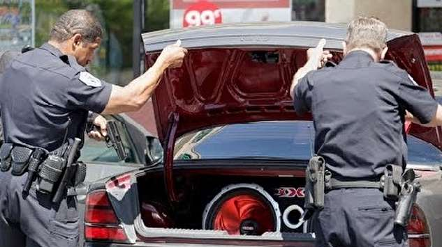کشف دو پناهجو در کاپوت خودرو!