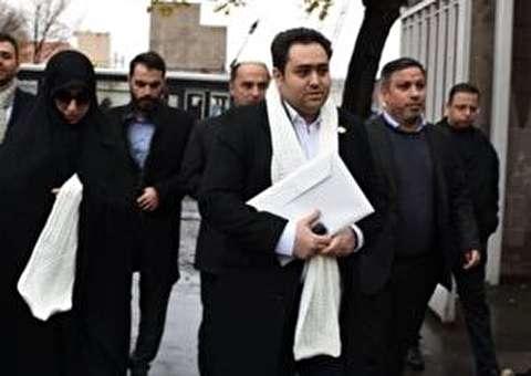 (عکس) داماد و دختر روحانی با شال سفید در ستاد انتخابات/ از رئیس جمهور اجازه گرفتهام