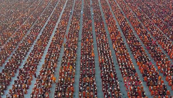 (تصاویر) اجتماع ۳۰ هزار راهب بودایی برای جمع آوری صدقه