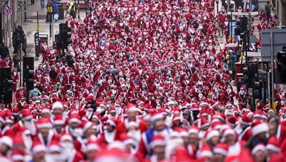 (تصاویر) شرکت ۷ هزار نفر در مسابقه دو با لباس بابانوئل