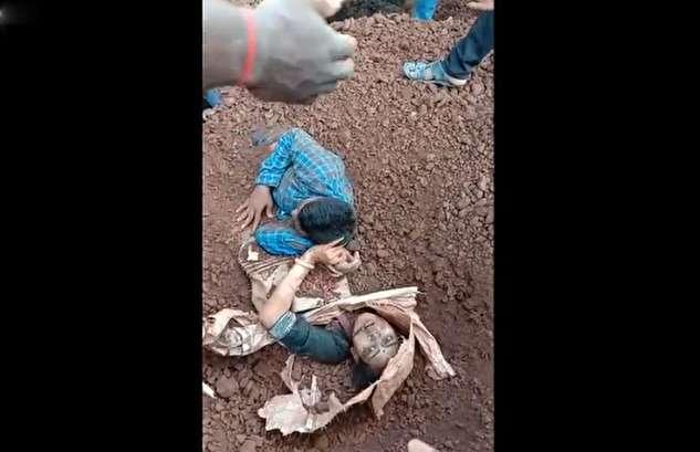 (ویدئو) واژگونی کامیون حامل خاک روی زن و شوهر موتورسوار