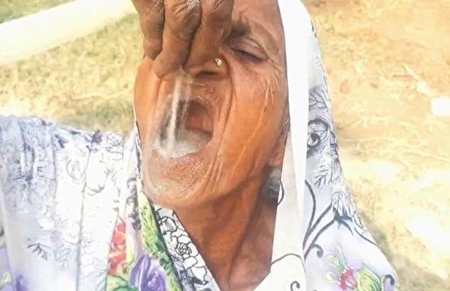 (ویدئو) پیرزنی که برای سلامتی شن میخورد!