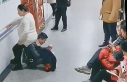 (ویدئو) مردی که برای همسر باردارش صندلی شد