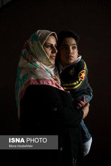 امیرمحمد سبحانی، ۱۴ ساله، به بیماری موکوپلی ساکاریدوز یا همان ام.پی.اس (mucopolysaccharidosis) (یک اختلال متابولیکی که طی آن کمبود آنزیمِ lysosomal، اختلال در تکامل استخوانی و بافت همبند ایجاد میکند) مبتلاست. او شش سال مدرسه ابتدایی را با مادرش در مدرسه گذرانده ولی بعد از آن با کمک دوستانش به مدرسه میرود. امیرمحمد آرزو دارد گواهینامه بگیرد تا رانندگی کند و دکتر داروساز شود تا بتواند داروهایی را که به درد درمانش میخورد، بسازد.