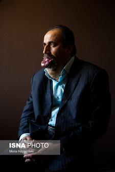 اسماعیل شاهی،۴۹ ساله، به بیماری همانژیوم کاورنوس (Cavernous hemangioma)(گشادی رگهای خونی) مبتلاست. وضعیت بیماری اسماعیل حدود دو سال است که بسیار تشدید شده، بطوریکه هنگام خواب، بر اثر هجوم خون به زبان و لبها، زبان متورم شده و در دهان نمیگنجد. با این حال او میگوید زندگی جریان دارد و تنها با یاد خدا آرامش قلبی میگیرد.