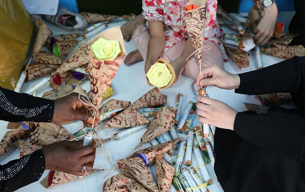 چیدمان و مرتب سازی گلها برای اهدا به دختران و خانمها