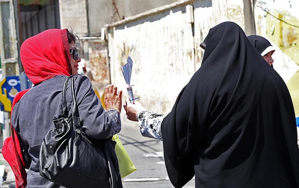 اهدای گل توسط مسئولین غرفه یک حس خوب در میدان صادقیه تهران