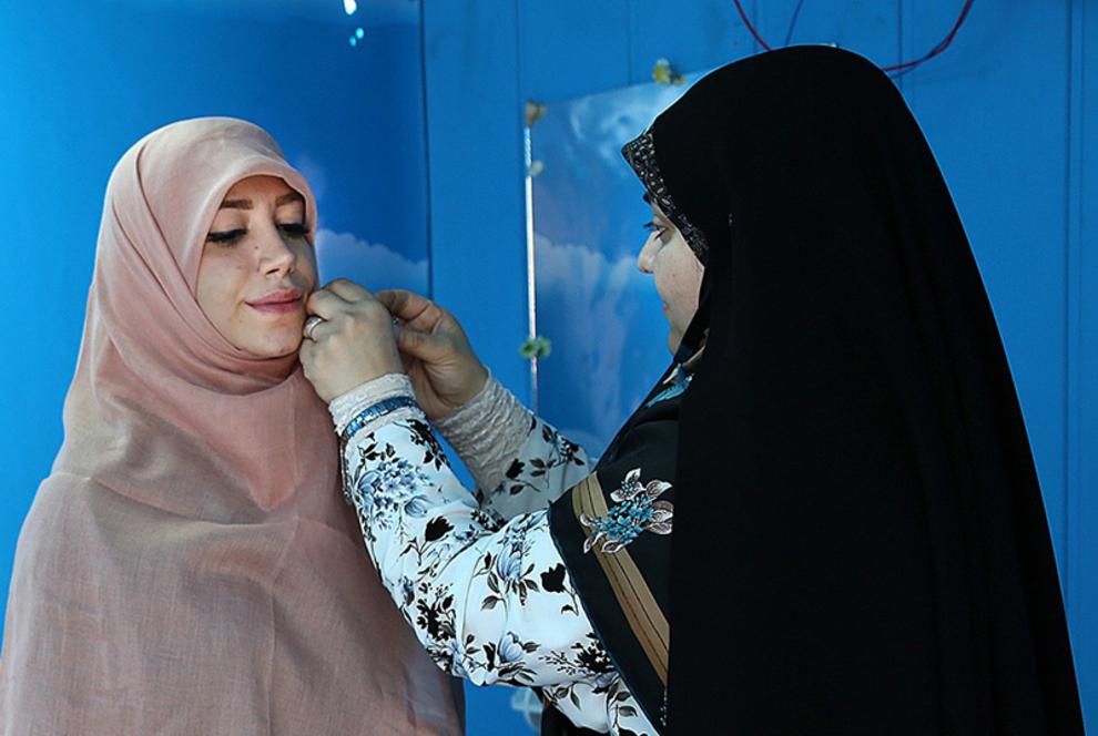 انجام تست حجاب و اهدای روسری در غرفه میدان صادقیه