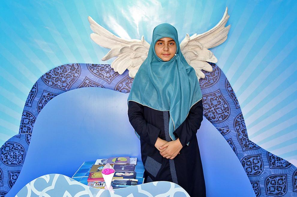 گرفتن عکس با پوشش جدید و روسری اهدا شده از طرف غرفه یک حس خوب