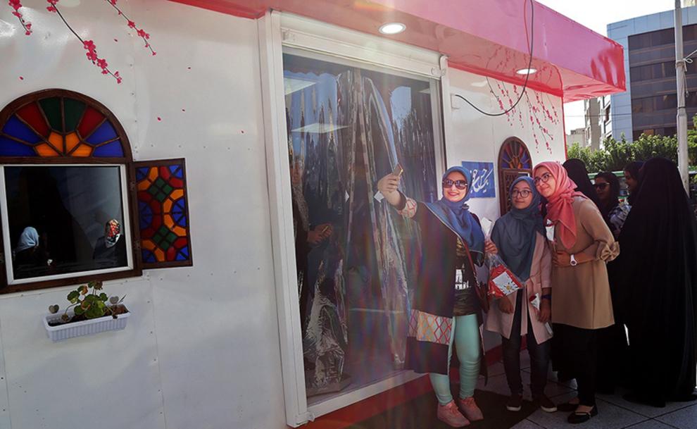 خروج از غرفه با روسری ها، حجاب و پوشش جدید
